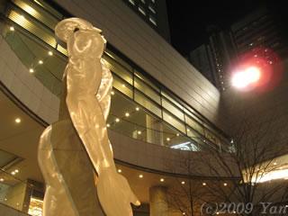 東京オペラシティの大男[PowerShot A590 IS]