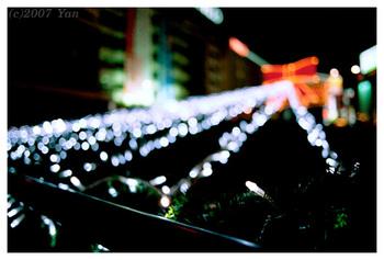 街頭のクリスマス・イルミネーション[EOS7, EF24mmF2.8, Av, F2.8, 1/20,CENTURIA SUPER200(ISO100に設定)]