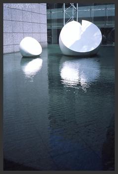 白と水面[KLASSE S, F8.0, 1/60, RDP III]