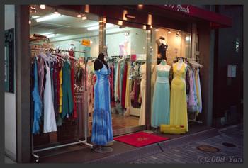 ドレスのお店[KLASSE S, F2.8, 1/20, RA III]