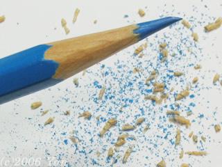 カッターで鉛筆を削る